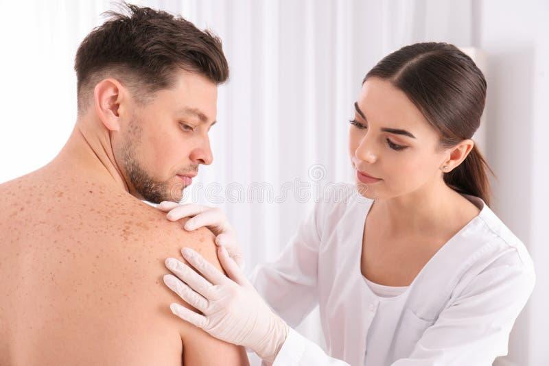 Paciente de exame do doutor na clínica imagens de stock