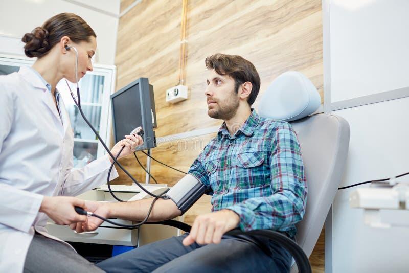 Paciente de examen del doctor imagen de archivo libre de regalías