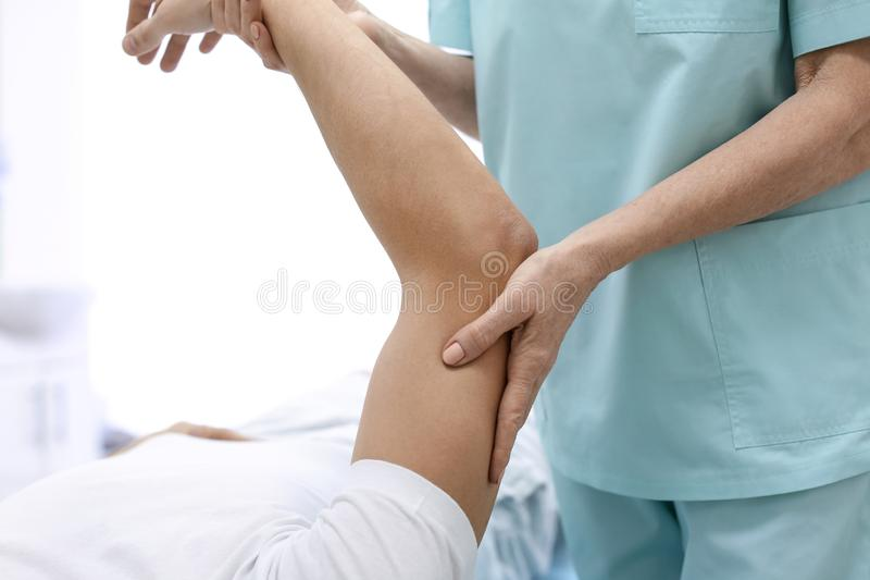 Paciente de examen del ortopedista en hospital imagenes de archivo
