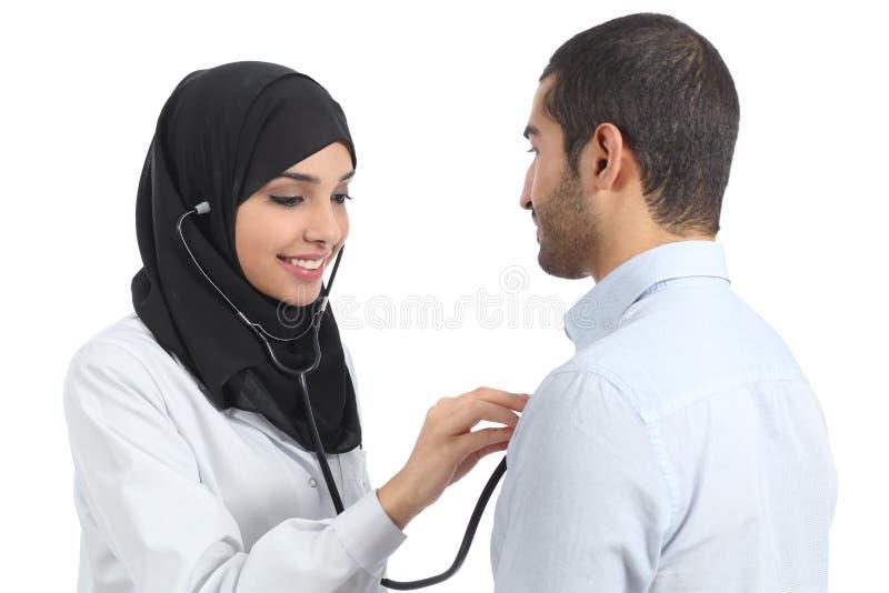 Paciente de examen del saudí de la mujer árabe del doctor fotografía de archivo libre de regalías