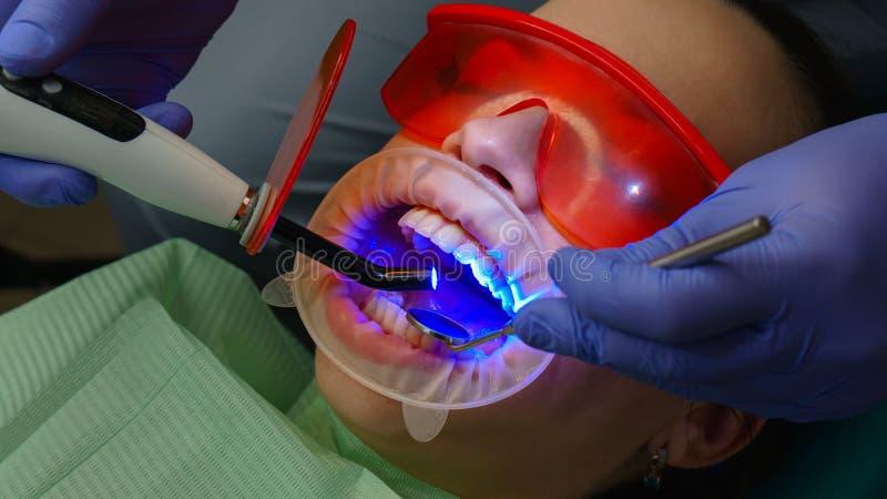 Paciente de la muchacha en cl?nica dental fotografía de archivo libre de regalías
