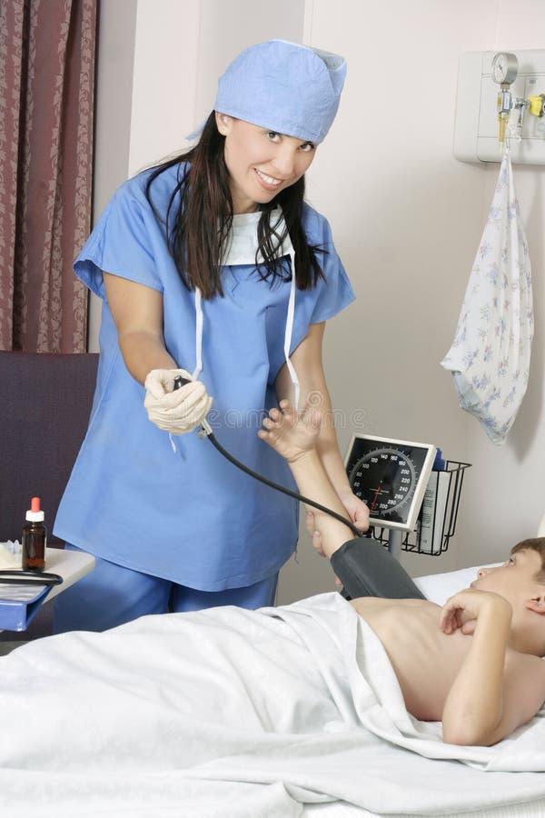 Paciente de medição da pressão sanguínea foto de stock