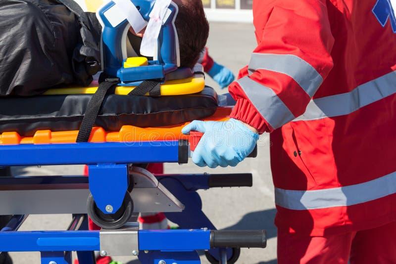 Paciente de pressa do paramédico na ambulância fotos de stock royalty free