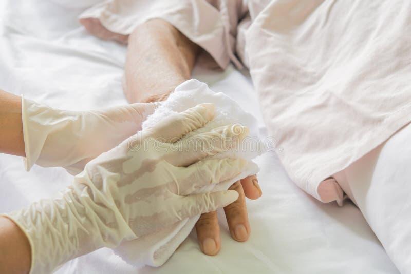 Paciente del cuidado en hospital imágenes de archivo libres de regalías