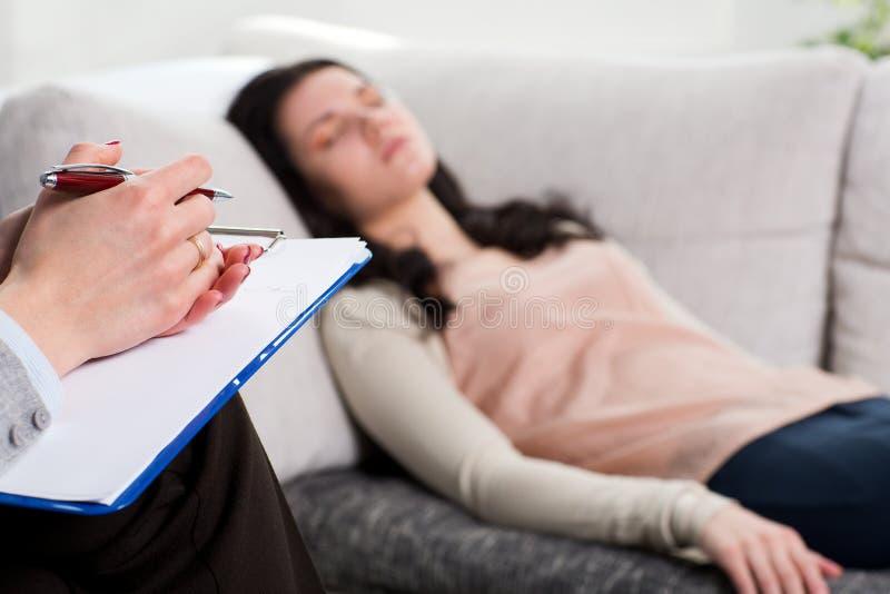Paciente del psiquiatra y de la mujer foto de archivo libre de regalías