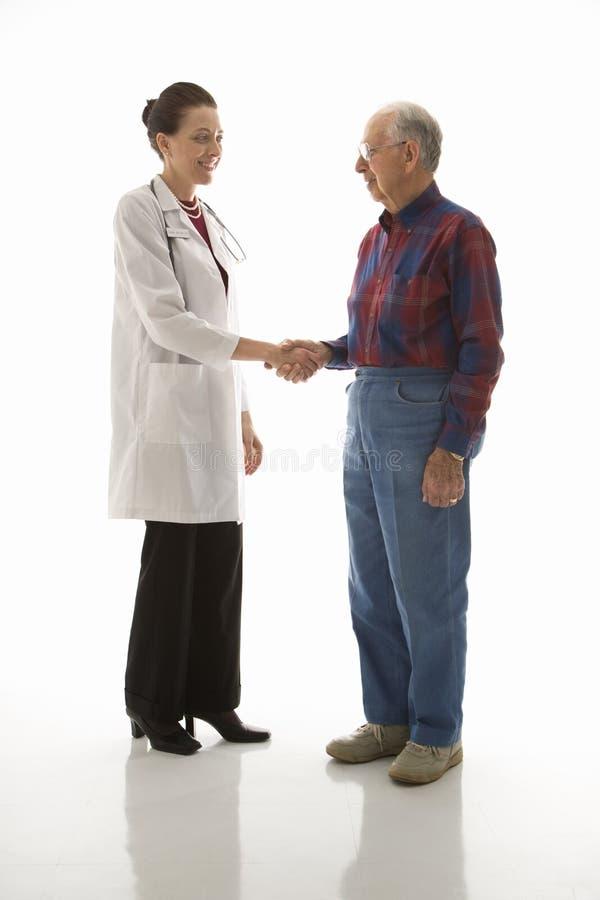 Paciente del saludo del doctor imagen de archivo