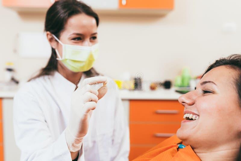 Paciente después de la extracción del diente imágenes de archivo libres de regalías