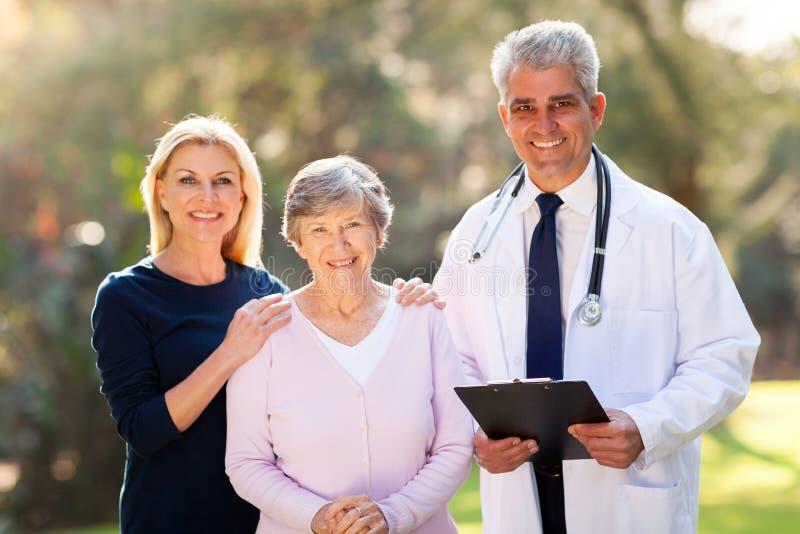 Paciente do sênior do doutor foto de stock royalty free