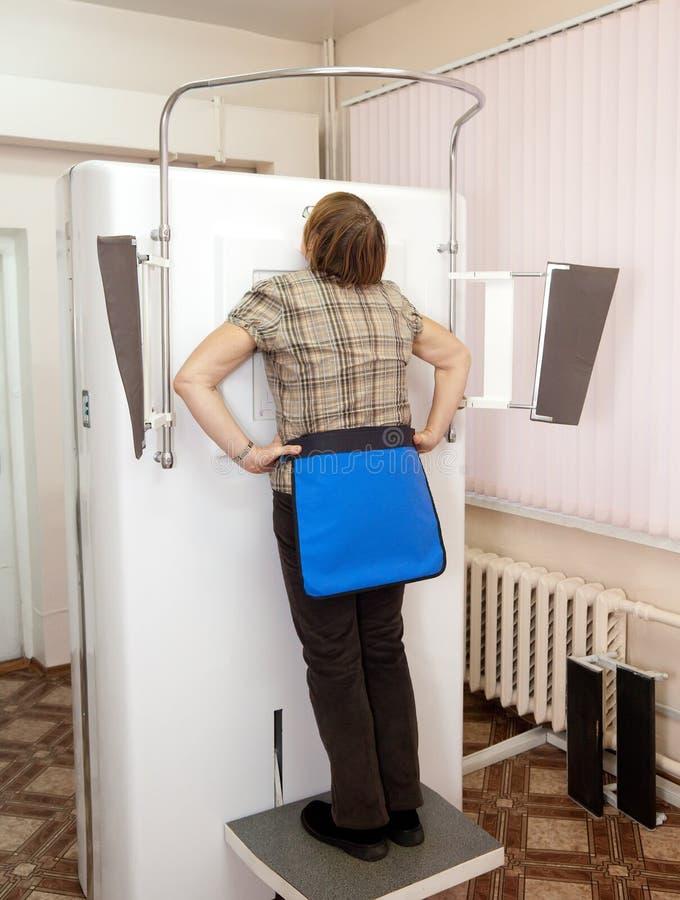 Paciente durante examen de las radiografías del pecho foto de archivo libre de regalías