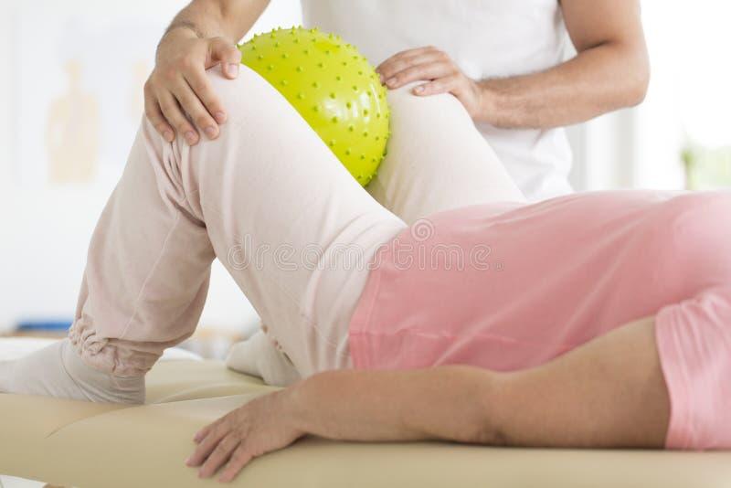 Paciente durante la rehabilitación con el fisioterapeuta imagen de archivo libre de regalías
