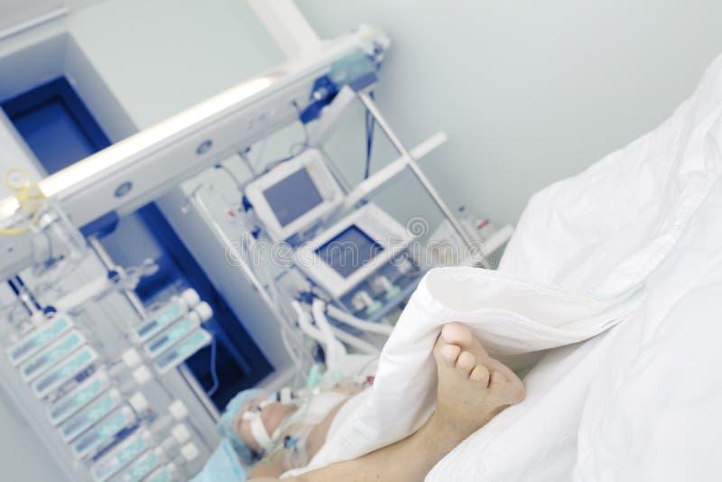 Paciente em condições sérias nos cuidados intensivos foto de stock
