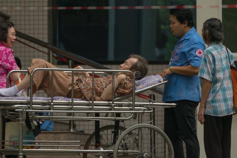 Paciente en cama de la emergencia en hospital imagenes de archivo