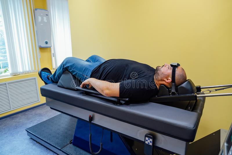 Paciente en el tratamiento no-quirúrgico de la espina dorsal cervical en centro médico fotografía de archivo libre de regalías