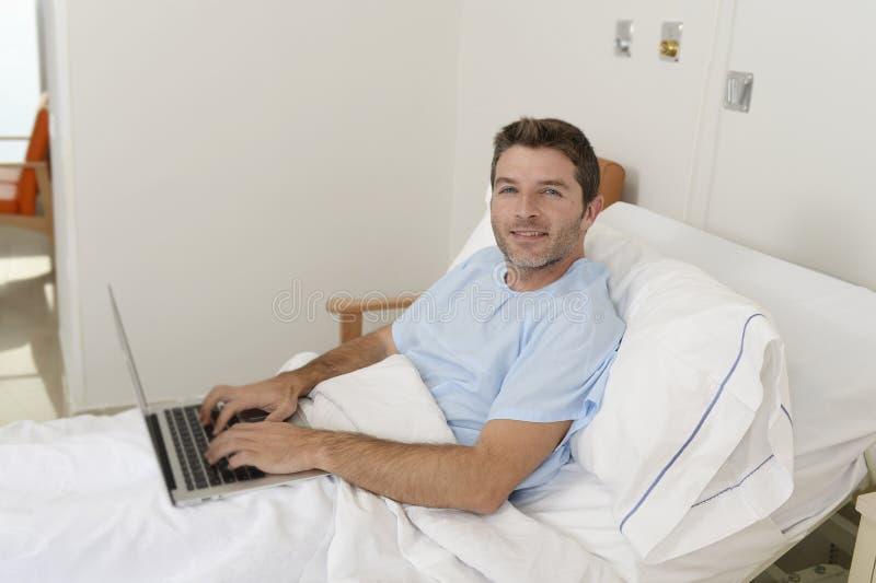 Paciente en enfermedad sufridora del hospital y trabajo en la cama de la clínica con la sonrisa del ordenador portátil feliz imagen de archivo