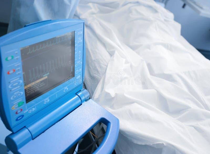 Paciente en la cama en hospital debajo del monitor foto de archivo libre de regalías
