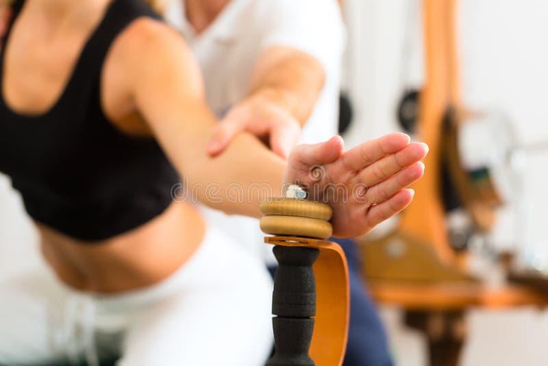 Paciente en la fisioterapia que hace ejercicios físicos imágenes de archivo libres de regalías
