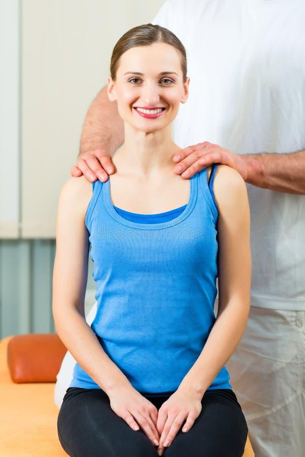 Paciente en la fisioterapia que hace terapia física fotos de archivo