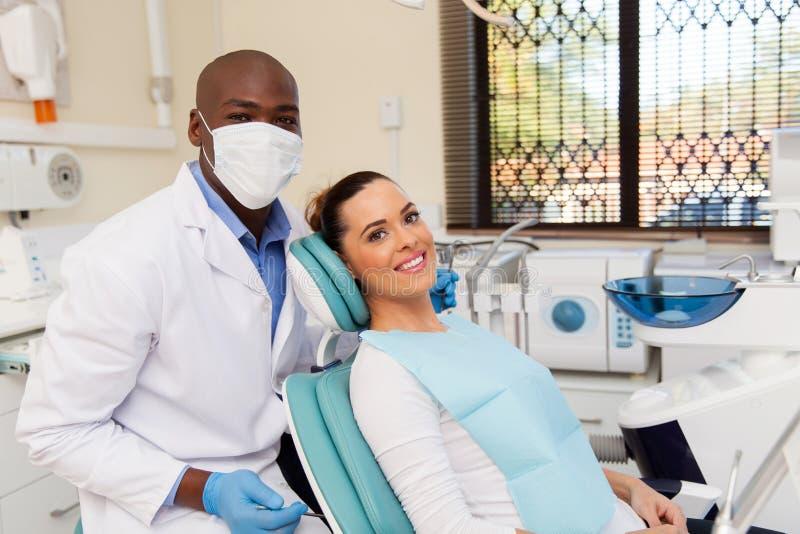 Paciente en oficina del dentista imagenes de archivo