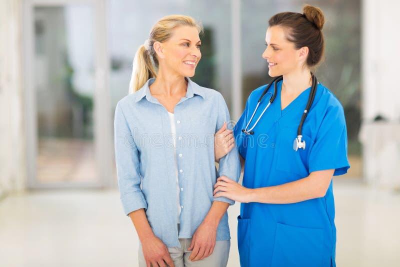 Paciente fêmea do doutor foto de stock