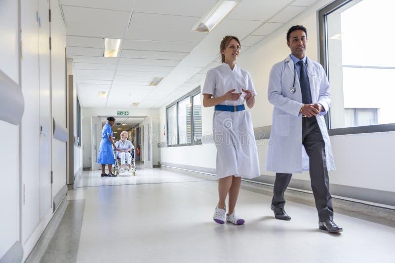 Paciente fêmea superior na enfermeira da cadeira de rodas e no doutor de hospital fotos de stock royalty free