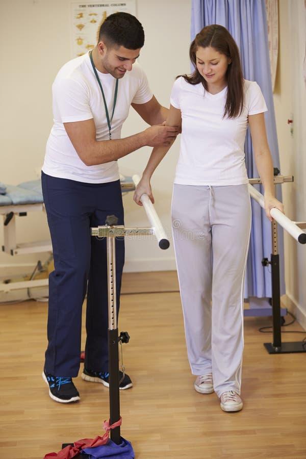 Paciente fêmea tendo a fisioterapia no hospital imagem de stock