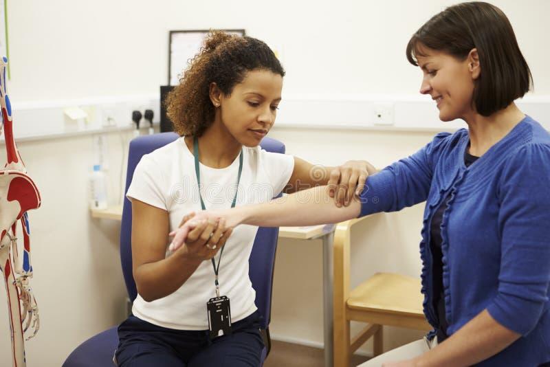 Paciente fêmea tendo a fisioterapia no hospital fotos de stock