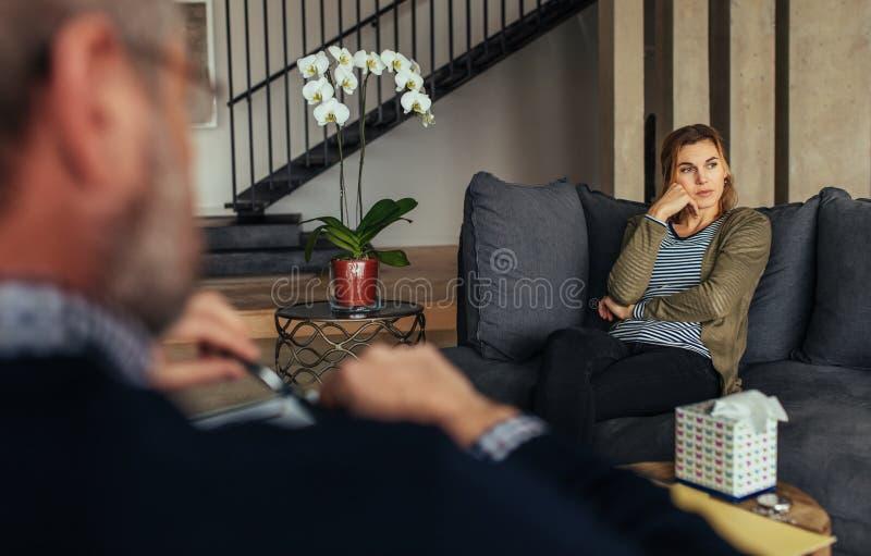 Paciente fêmea virado durante a sessão da psicoterapia fotografia de stock royalty free