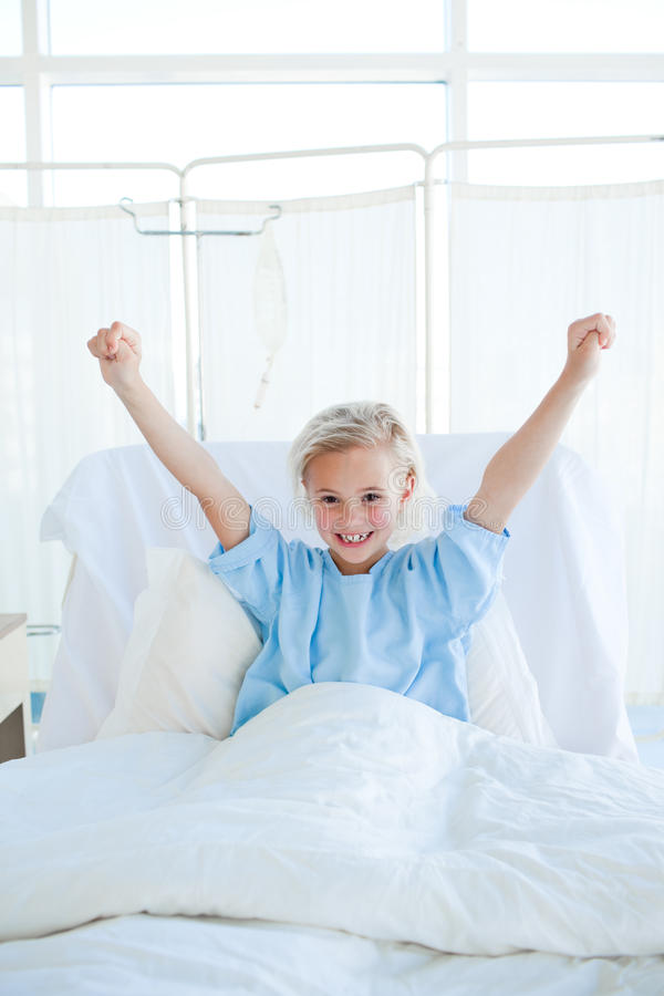 Paciente feliz da criança que perfura o ar foto de stock