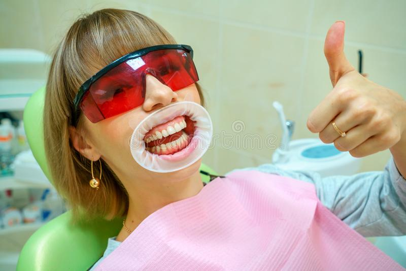 Paciente feliz da odontologia na cadeira nos óculos de proteção fotografia de stock royalty free