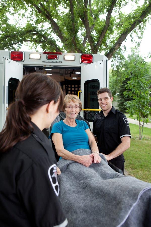 Paciente feliz de la ambulancia fotografía de archivo libre de regalías