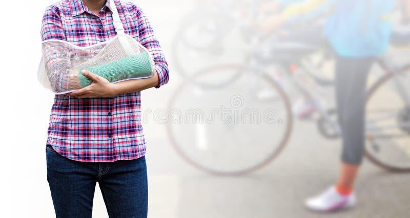 Paciente femenino con el molde del verde en el brazo aislado en backgr borroso imágenes de archivo libres de regalías