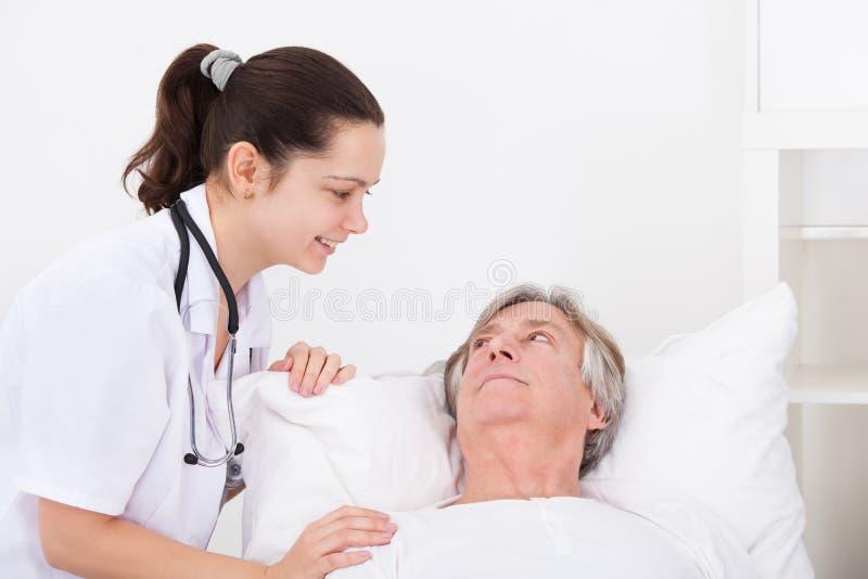 Paciente femenino del doctor With Senior Male fotos de archivo libres de regalías