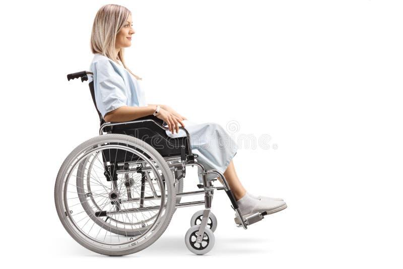 Paciente femenino joven en una silla de ruedas foto de archivo
