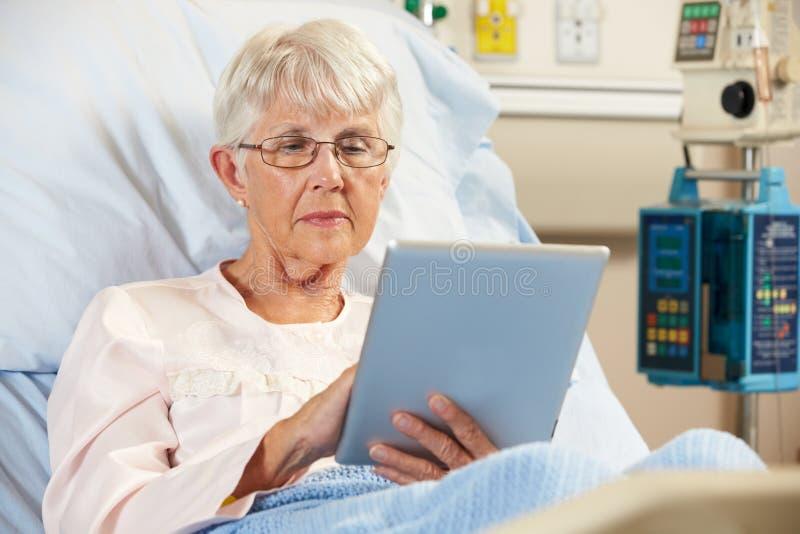 Paciente femenino mayor que se relaja en cama de hospital foto de archivo