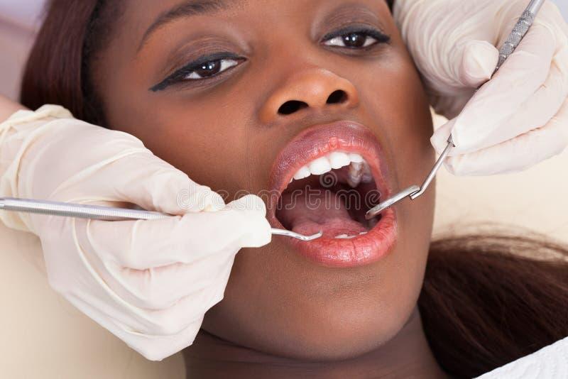 Paciente femenino que es comprobado por el dentista fotografía de archivo