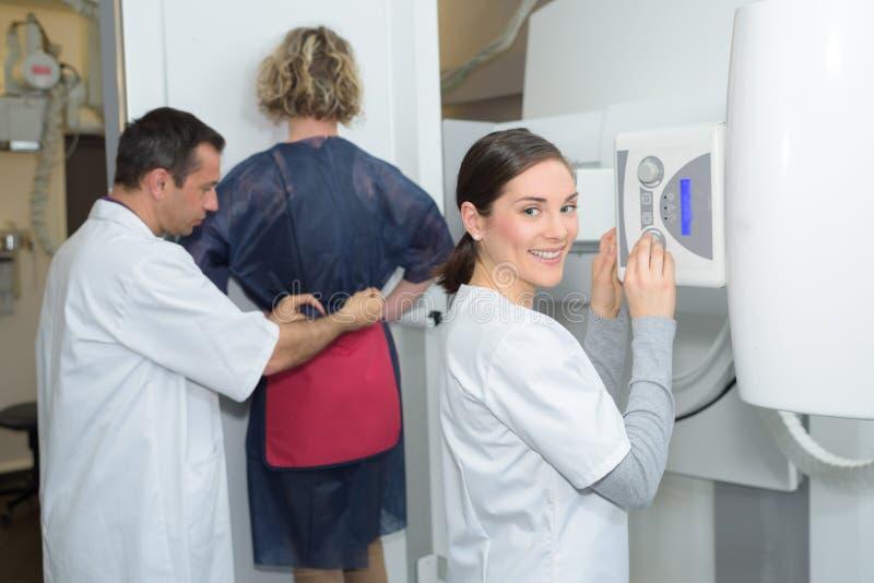 Paciente femenino teniendo examen de la cadera a través de radiografía fotos de archivo libres de regalías