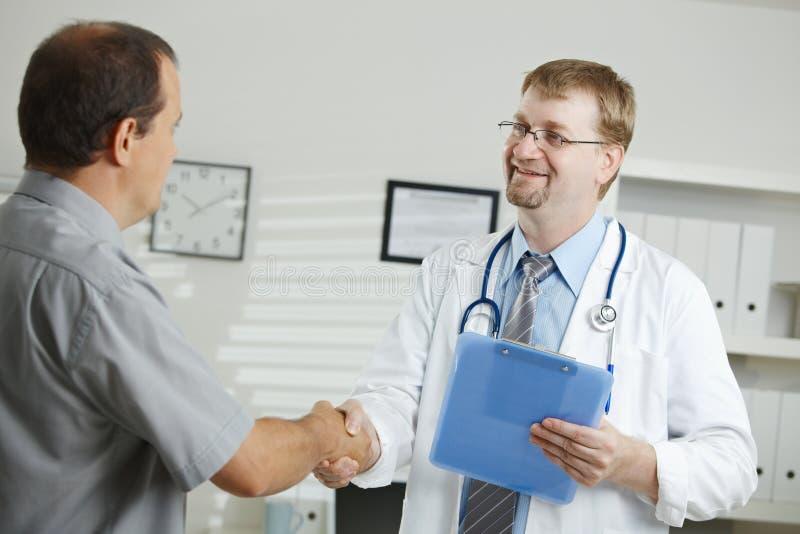 Paciente greating del doctor imagen de archivo
