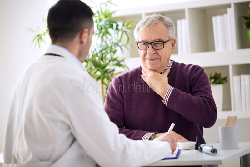 Paciente idoso doente com problemas da garganta foto de stock royalty free