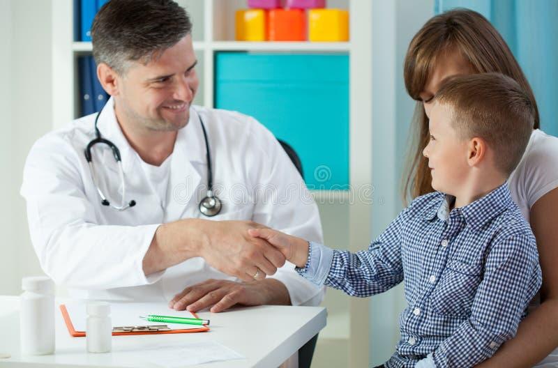 Paciente joven en la oficina del doctor fotos de archivo