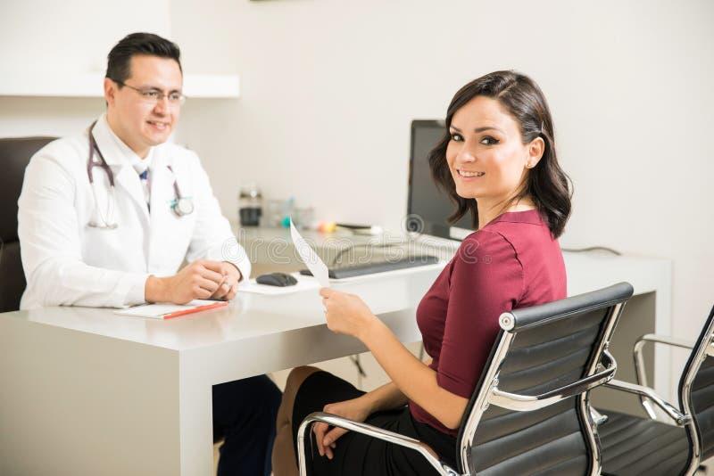 Paciente lindo en la oficina del ` s del doctor foto de archivo libre de regalías