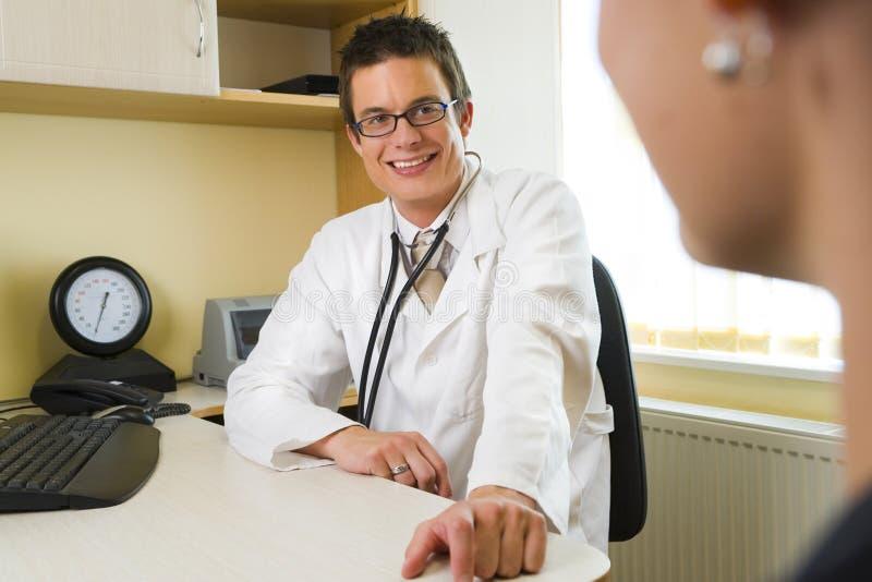 Paciente masculino do doutor & da fêmea foto de stock royalty free