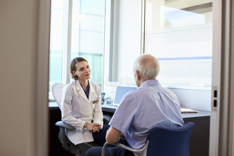 Paciente masculino do doutor In Consultation With no escritório foto de stock royalty free