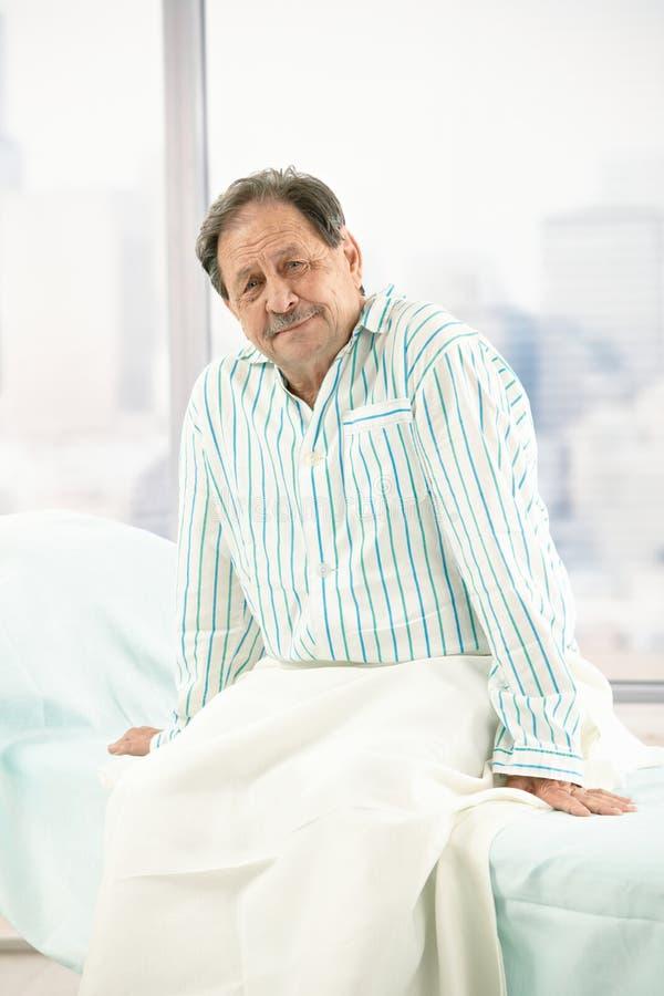 Paciente masculino idoso no hospital fotografia de stock royalty free