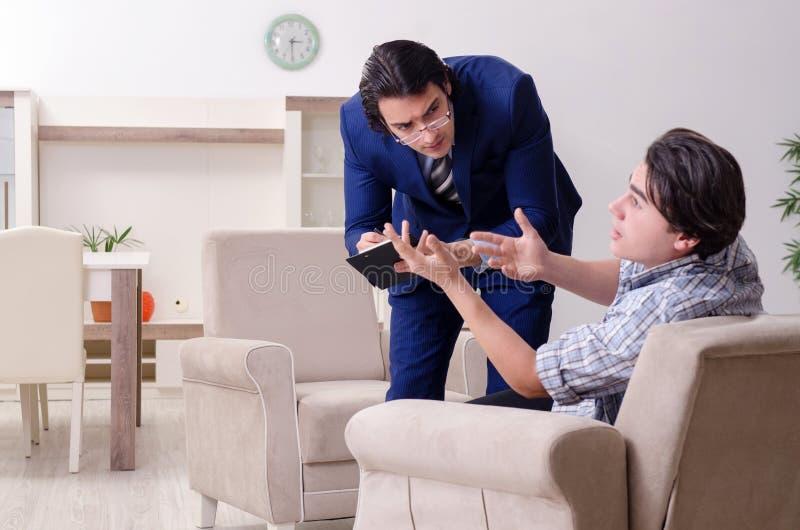 Paciente masculino joven que discute con problema personal del psic?logo foto de archivo