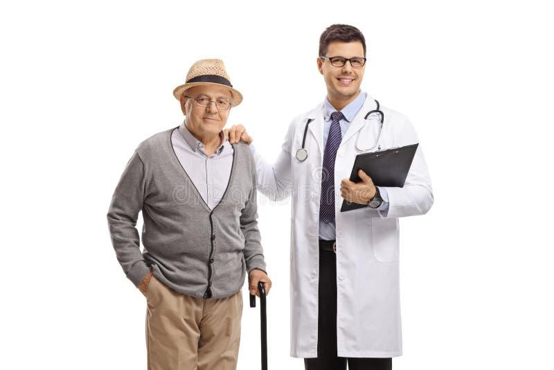 Paciente masculino mayor y un doctor fotos de archivo