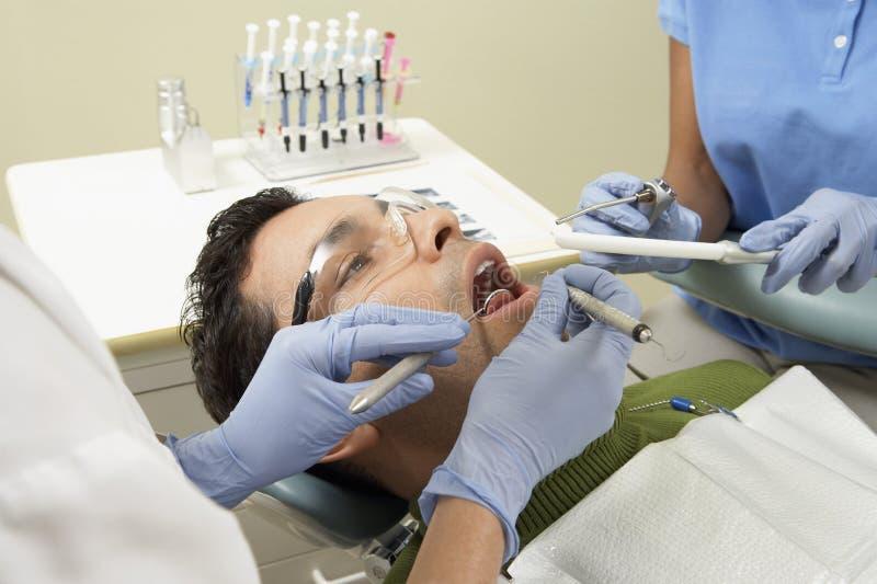 Paciente masculino na clínica do dentista imagens de stock royalty free