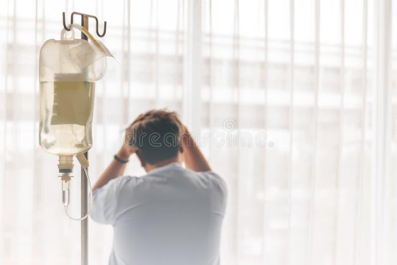 paciente masculino, siendo subrayado de la enfermedad fotografía de archivo
