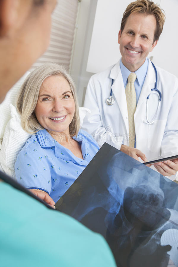 Paciente mayor feliz de la mujer en cama de hospital imagen de archivo libre de regalías