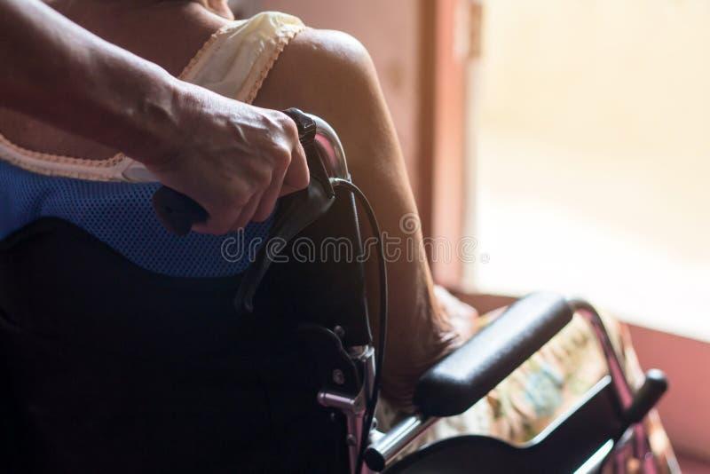 Paciente mayor o mayor asiático de la mujer de la señora mayor en retrete de la silla de ruedas fotografía de archivo libre de regalías