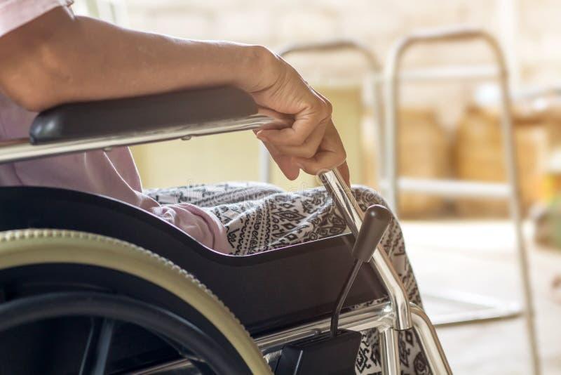 Paciente mayor o mayor asiático de la mujer de la señora mayor en la silla de ruedas tan fotografía de archivo libre de regalías